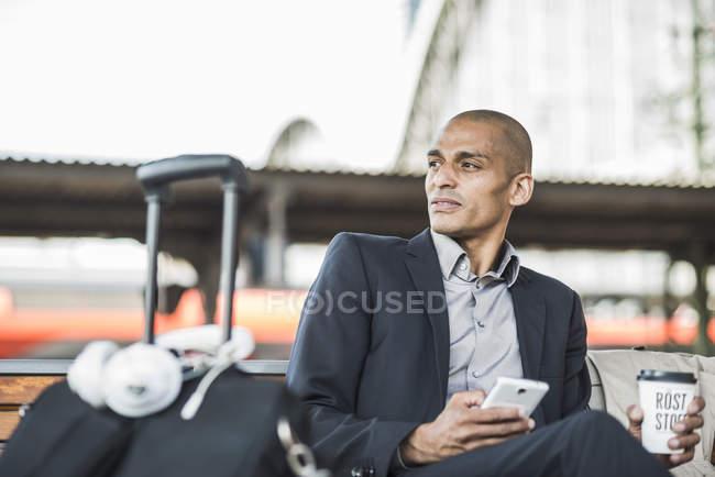 Homme d'affaires à la gare — Photo de stock