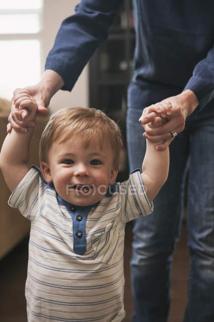 Kleiner Junge mit Hilfe von Mutter laufen lernen — Stockfoto