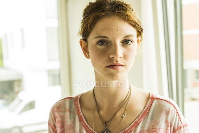 Porträt einer rothaarigen jungen Frau mit Sommersprossen — Stockfoto