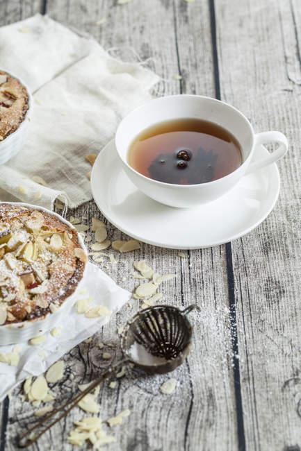 Тарталетки из ревеня с миндалем и чаем — стоковое фото