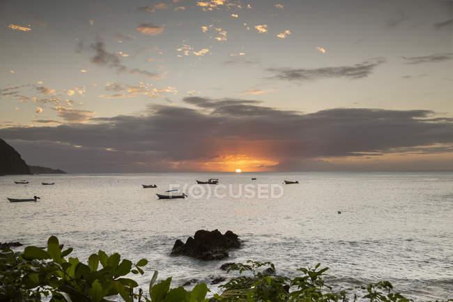 Caraïbes, Trinité-et-Tobago, Tobago, Castara, coucher de soleil sur l'océan — Photo de stock