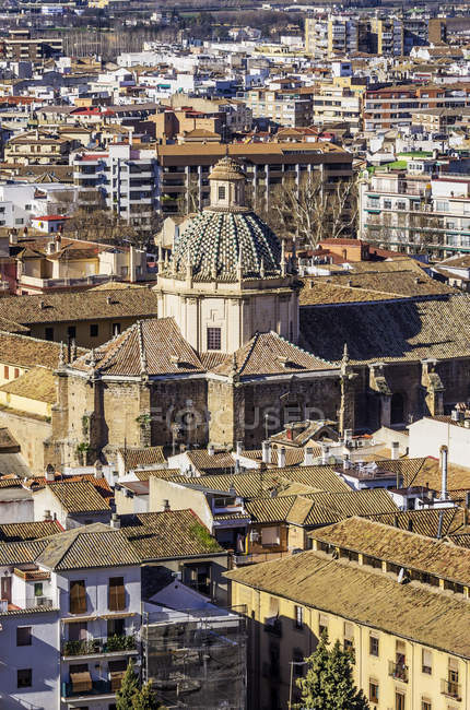 España, Andalucía, Granada, Paisaje urbano aéreo con cúpula a la luz del sol - foto de stock