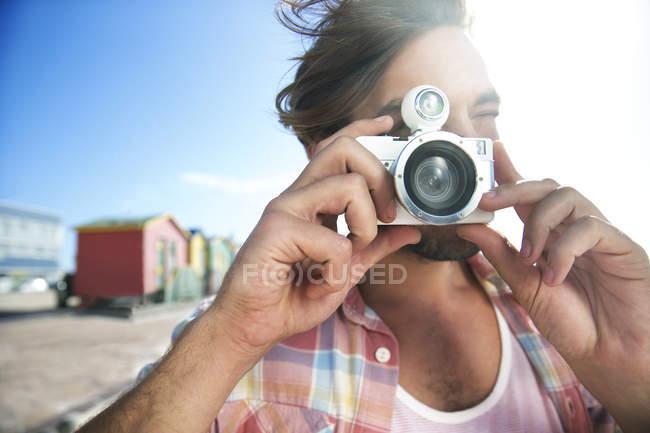 Молода людина беручи малюнок на пляжі — стокове фото