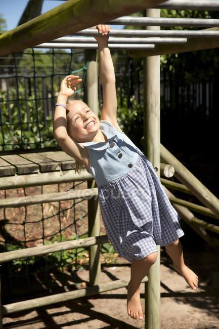 Petite fille jouant sur l'aire de jeux — Photo de stock