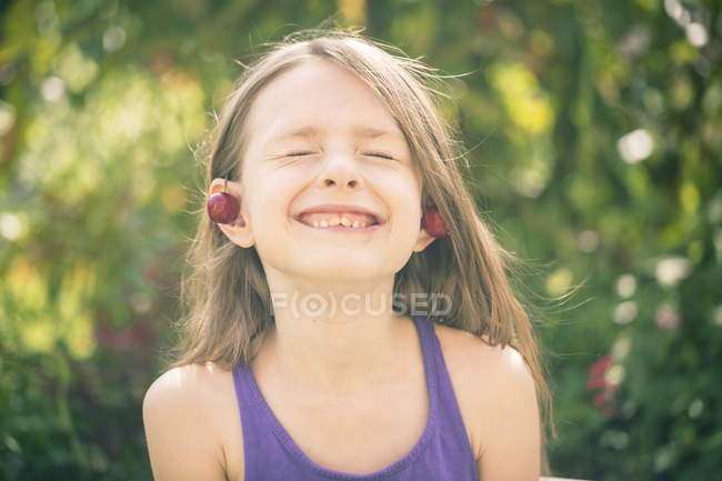 Retrato de menina decorada com cerejas — Fotografia de Stock