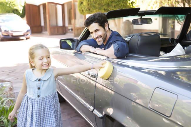 Батько і дочка полірування Конвертована — стокове фото