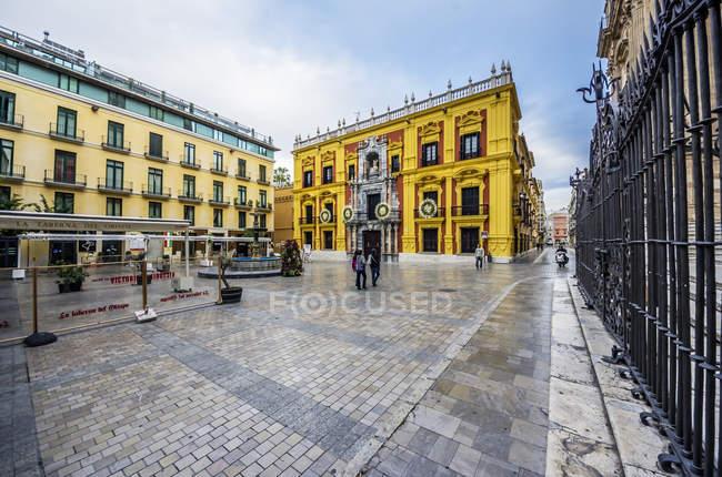 España, Andalucía, Málaga, Palacio Episcopal contra la calle - foto de stock