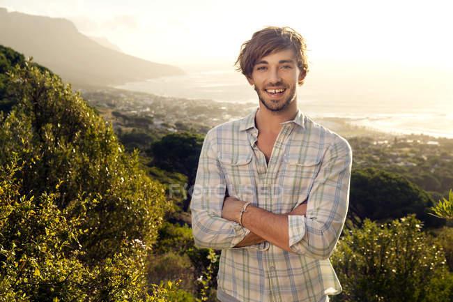 Porträt eines lächelnden jungen Mannes an der Küste — Stockfoto