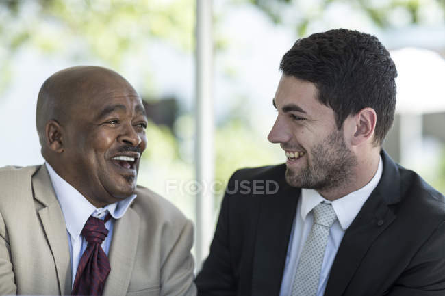Empresários discutindo o trabalho no almoço de negócios — Fotografia de Stock