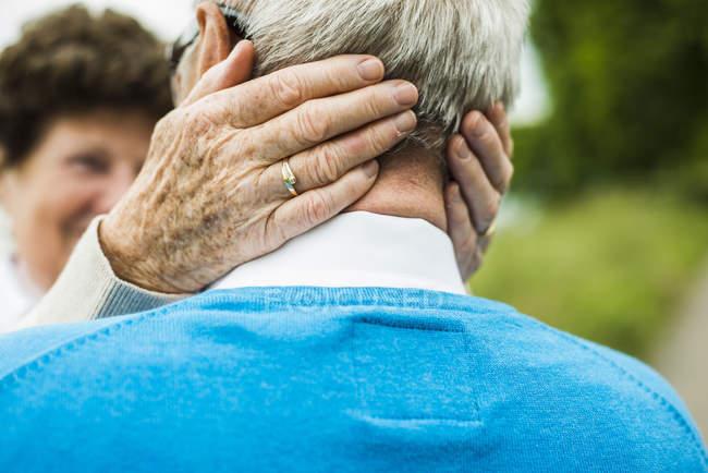 Старший жінка, обіймаючи її чоловік, зйомки зблизька — стокове фото