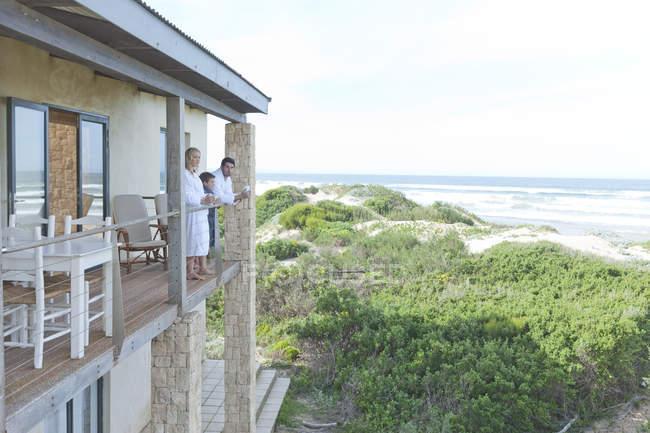 Família reunida no pátio da casa de praia — Fotografia de Stock