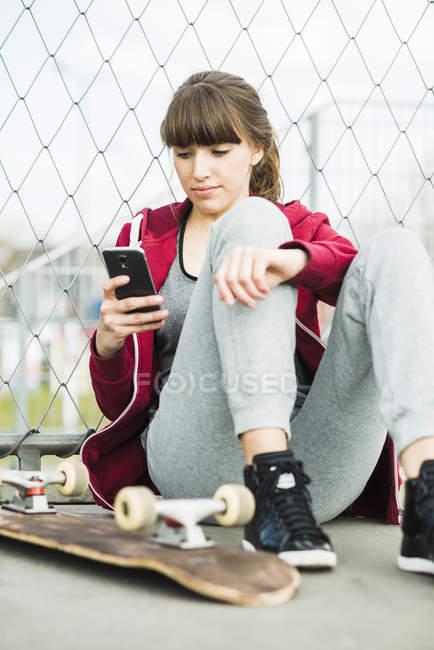 Giovane donna con l'utilizzo di smartphone — Foto stock