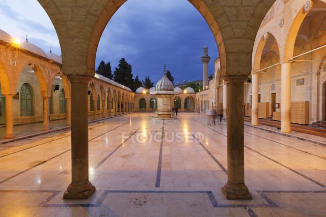 Turquia, Anatólia, Mevlid-i Halil Camii, Mesquita Dergah ao amanhecer — Fotografia de Stock
