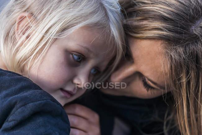 Дівчина і мати близькі один до одного — стокове фото