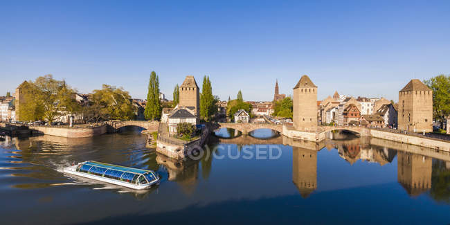 France, Alsace, Strasbourg, La Petite France, Pont Couverts and tourboat — Foto stock