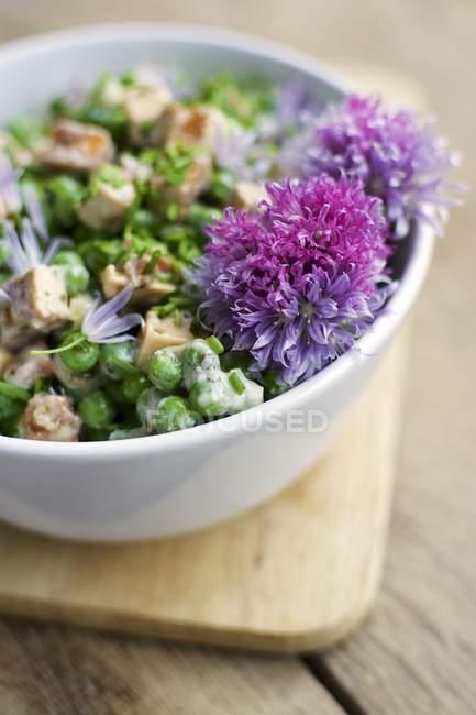 Insalata del pisello cremoso con pezzi di tofu piccante, yogurt di soia, erba cipollina e menta in ciotola — Foto stock