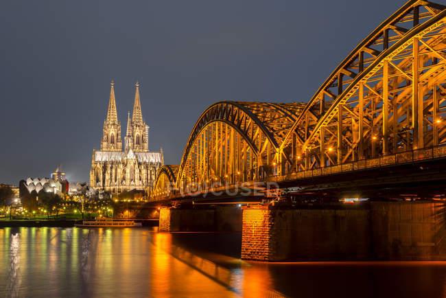 Allemagne, Rhénanie-du-Nord-Westphalie, Cologne, lumière du cimetière de Cologne et pont Hohenzollern la nuit — Photo de stock