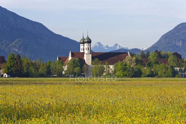 Германия, Бавария, Бенедиктбойрен монастырь в дневное время — стоковое фото