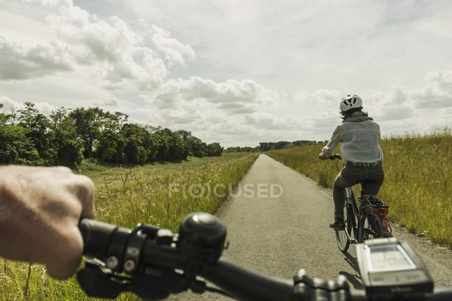 Bicicleta de par montar a caballo en el campo - foto de stock