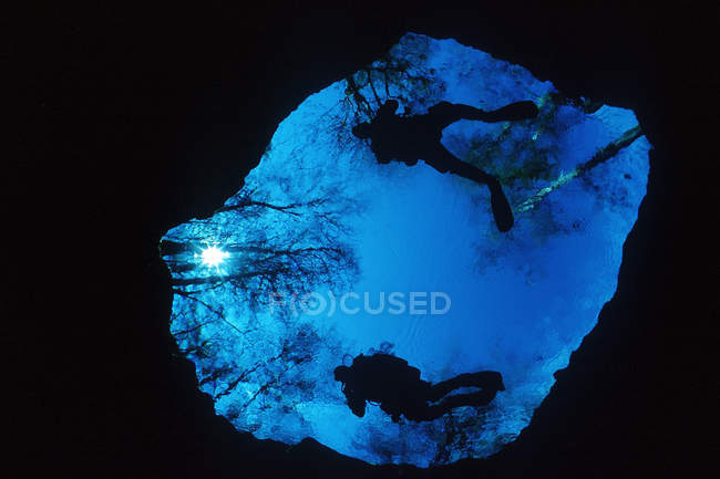 USA, Florida, High Springs, cave divers entering devil's eye in Ginnie Springs — Stock Photo
