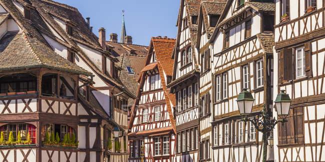 Francia, Alsazia, Strasburgo, Petite France, case a graticcio di giorno — Foto stock