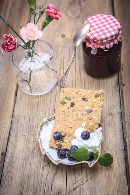 Moffins de fresa casera con bayas frescas - foto de stock
