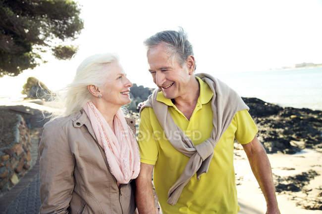 Ritratto di felice coppia di anziani di fronte al mare — Foto stock
