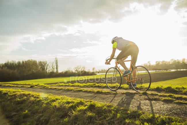 Junger Mann-Fahrradfahren — Stockfoto