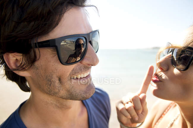 Portrait of happy couple wearing sunglasses — Stock Photo