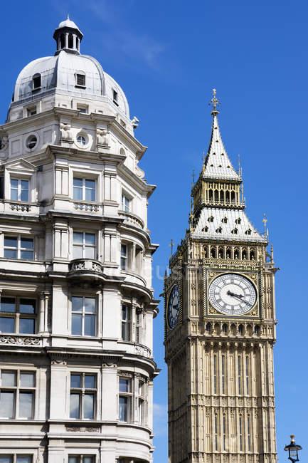 Reino Unido, Inglaterra, Londres, Westminster, Torre do Relógio Elizabeth Tower, Parte do Palácio de Westminster contra o céu — Fotografia de Stock