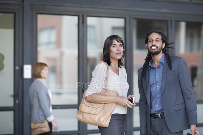 Viaggiare uomini d'affari in arrivo e in cerca di indicazioni — Foto stock