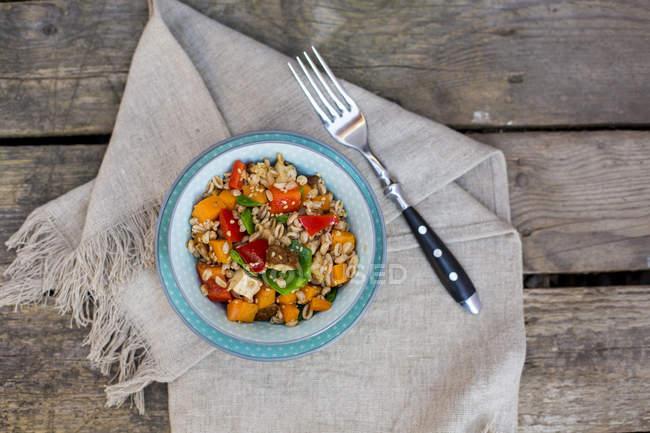 Salada Vegan com trigo espelta, gergelim, tofu, pimentão vermelho, ervilhas de neve e cenouras — Fotografia de Stock
