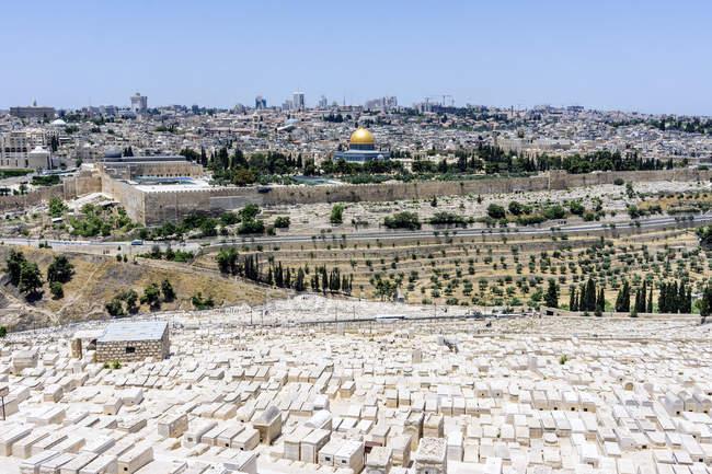 Israel, Jerusalém, vista do Monte das oliveiras sobre cemitério judeu para a cúpula da rocha — Fotografia de Stock