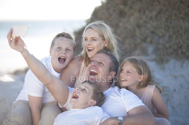 Glückliche Familie zusammen am Strand unter einem selfie — Stockfoto
