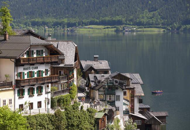 Austria, alta Austria, Salzkammergut, Hallstatt, casas y lago Hallstaetter - foto de stock