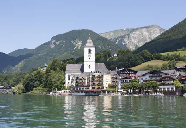 Áustria, Salzkammergut, Salzburgo estado, Lago Wolfgangsee, St Wolfgang, vista do Hotel Weisses Roessl — Fotografia de Stock
