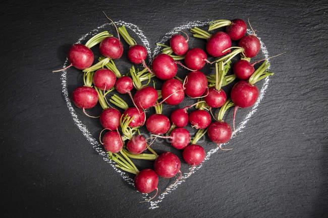 Rabanete fresco no coração de giz — Fotografia de Stock