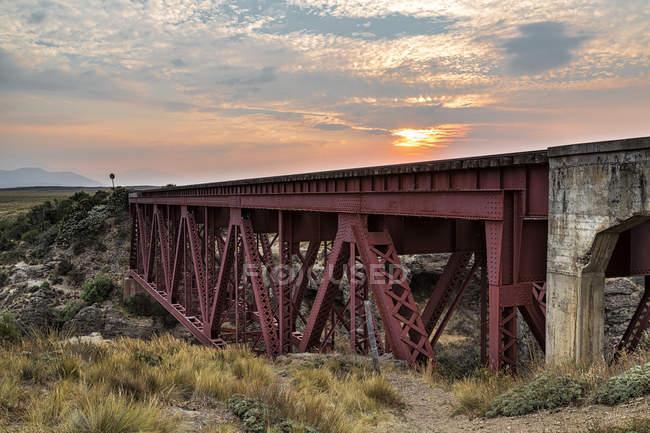 América del Sur, Argentina, Patagonia, Provincia Río Negro, cerca de Nirihuau, Puente ferroviario al atardecer - foto de stock