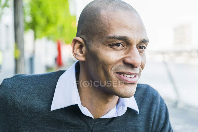 Sorridente uomo maturo all'aperto — Foto stock