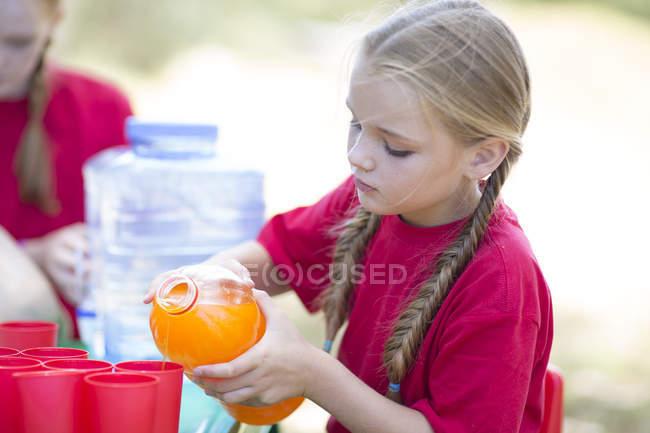 Bambini versando bevande di rinfresco sul viaggio di campo — Foto stock