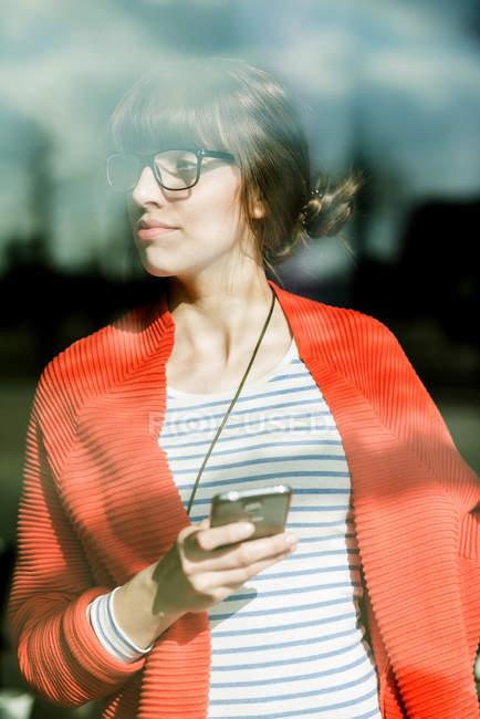 Joven mujer de negocios usando el teléfono móvil - foto de stock
