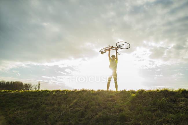 , Молода людина cheering з велосипеда — стокове фото