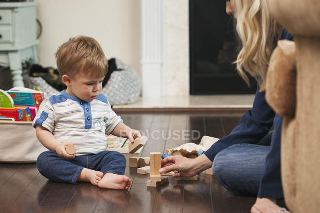 Mother and little son playing with building blocks — Stock Photo