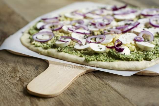 Rucola und Basilikum Pesto Pizza mit Pilzen und vegane Käse auf Holzbrett — Stockfoto