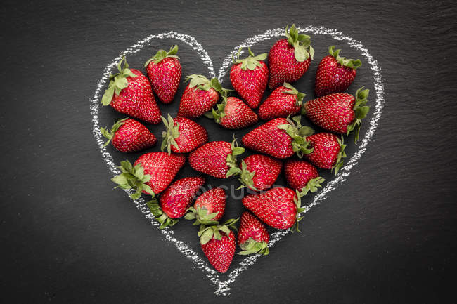 Fraises en forme de coeur sur ardoise — Photo de stock