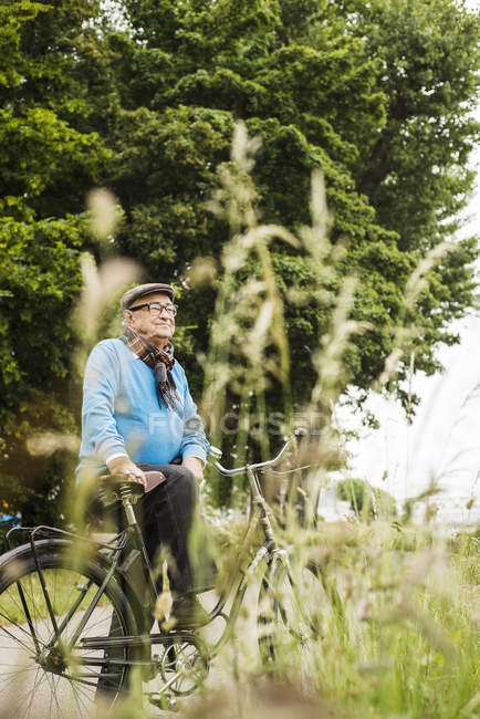 Happy senior man with bicycle — Stock Photo