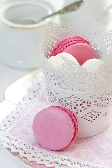 Плита Кокос і blackberry macarons з вазі на Біла серветка — стокове фото