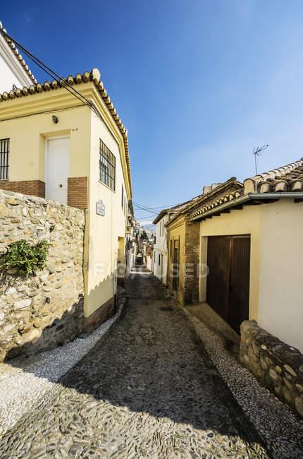 España, Andalucía, Granada, Realejo-San Matías, Callejón y casas durante el día - foto de stock