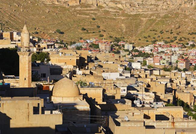 Турция, Мардин, Старый город с холма на фоне — стоковое фото