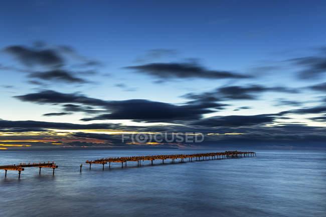 Chili, Punta Arenas, vue sur le coucher du soleil sur l'eau de mer — Photo de stock